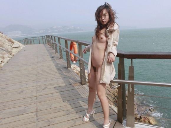 【ヌード画像】裸にコートだけしか着ていない大胆な女の子w(31枚)