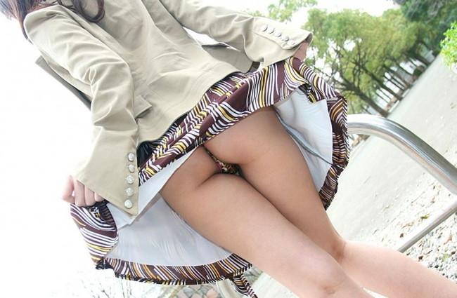 【ヌード画像】スカートをたくし上げるエロ娘たちw(32枚)