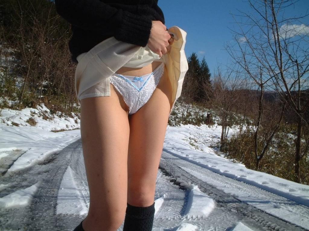【ヌード画像】スカート捲ってくれているありがたい女の子(32枚)