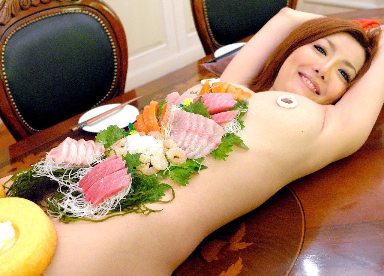 【ヌード画像】バブル時代の置き土産、女体盛りヌード画像がアホすぎてエロすぎる!(50枚)