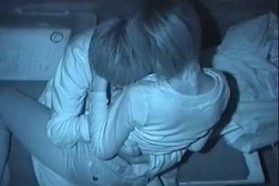 【盗撮動画】夜中の公園に入っていくカップル。ベンチでの営みを思い切り盗撮され、その後何事もなかったように公園を立ち去るww