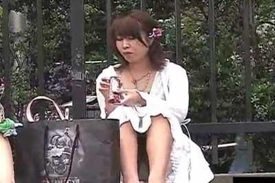 【盗撮動画】ロングスカートでも容赦なし!街中ですわっちゃてるギャルの股間を狙い撃ちした素人パンチラ盗撮動画集