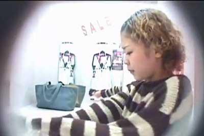 【盗撮動画】下着売り場の素人ギャル着替え盗撮!普段エロくない恰好の娘の全裸着替えシーン、ばっちり抑えました!!