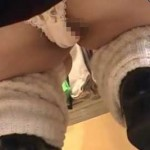 【盗撮動画】盗撮カメラが買い物中のJKの背後からすくい上げる!ハミ肉も丸見えの街中JKパンチラ動画【無修正】