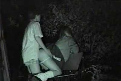 【盗撮動画】深夜の公園でJKカップルがベンチの上で思い切りバックで突き合ってましたww赤外線カメラでばっちり盗撮です!