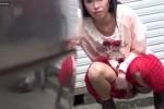 【盗撮動画】超かわいい10代らしき女の子がいたので隠しカメラ持って尾行してたら駐車場の車の陰で放尿しだしたww【無修正】