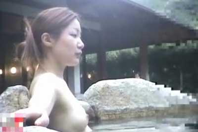 【盗撮動画】温泉露天風呂隠し撮り!モデル急に美人なOLらしき女性を発見しロックオン!無防備におっぱいさらけ出しちゃってますw
