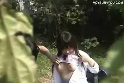 【盗撮動画】草むらでいちゃつくJKカップル発見。おっぱい見る?から始まって最後はフェラ抜きまで高校生とは思えない見事な流れ!ww