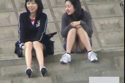 【盗撮動画】河川敷で将来を語り合う女の子二人。語りに集中しすぎて二人ともパンティー見えてたんで川の向こう側から盗撮しときましたw