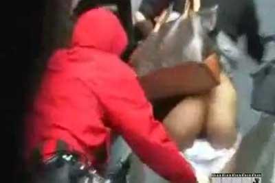 【盗撮動画】街行くスカートギャルに対して一人は盗撮、そしてもう一人はフード被ってダッシュしてスカートめくって一瞬でパンティーまで下ろすとかいう離れワザ!