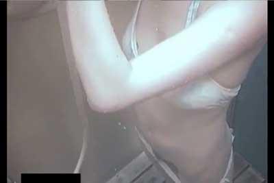 【盗撮動画】スタイル抜群の水着美女。海の家のシャワー室で入念に陰毛についた砂を落としてるシーンを思い切り隠し撮りしちゃいましたww