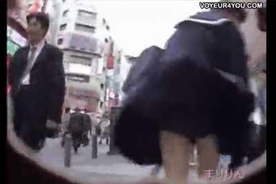 【盗撮動画】都内某所で見つけた風パンチラゾーン。地下鉄の排気口から吹き上げる風がJKのスカートをめくり上げる!素人JKのパンチラを見事に盗撮した動画集