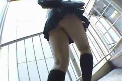 【盗撮動画】やっぱパンチラ盗撮の王道は階段でしょう!という人に贈る、見事な階段クイコミパンチラJK盗撮動画ですwww