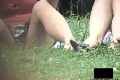 【盗撮動画】公園の原っぱに座り込んでなんか食べながら談笑してるJD二人組。完全にパンティー見えてたんでバレないように盗撮しちゃいましたww