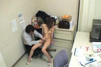 【盗撮動画】万引で捕まった女の子は漏れなく店長に全裸にされて、警察沙汰にされたくなければ挿入させろ!の要求をのんじゃうんだよね・・しかもそれ盗撮ww