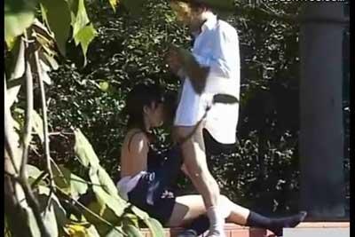 【盗撮動画】こんな明るいのに、堂々と公園内でセックス始めちゃってるJKカップル。一部始終を盗撮してやりましたが、コレ途中で出て行ったらすごいビビるんだろうなww