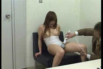 【盗撮動画】グラビアアイドルのタマゴが事務所内でプロデューサーにエロいイタズラされちゃってる所を完全盗撮!これでデビューできたら良しとしようww