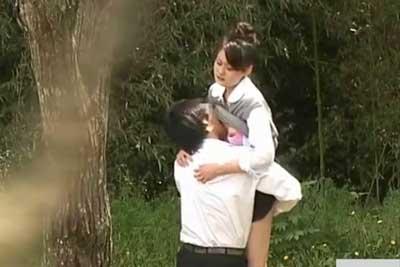 【盗撮動画】昼間の公園で学校サボってセックスしちゃってるJKカップル発見したんで、遠目からズームで寄って隠し撮りさせていただきましたww
