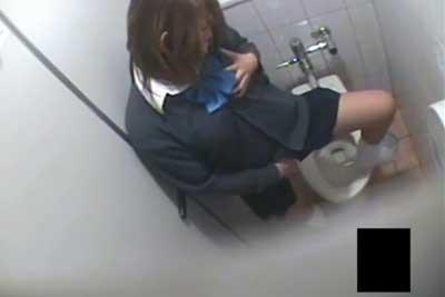 【盗撮動画】ゲーセンの女子トイレを隠しカメラで覗いたら、案の定JKがおしっこしてて・・・ってオナニー始めちゃったんですけど超ラッキーww