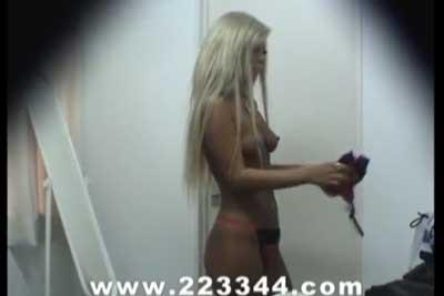 【盗撮動画】ゴリゴリガングロギャルサー女が更衣室で全裸になって着替えているところを隠しカメラで狙い撃ち!やっぱ全身ガングロでしたww