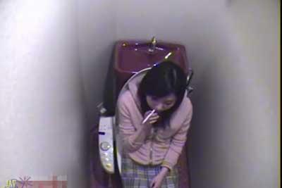 【盗撮動画】公衆便所に隠しカメラ仕掛けたら、かわいいギャルがやってきて喫煙しちゃってそのあとオナニーとかヤっちゃいけないこと2連発www