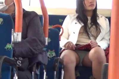 【盗撮動画】バスの後部座席に座っているミニスカギャル。スカートを持ち上げるたびに水色パンティー見えちゃってたんで盗撮しちゃいましたwww