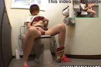 【盗撮動画】女性用トイレに隠しカメラを仕掛けて美女の放尿シーンだけでなくなんとおっぱい晒してオナニーしちゃってる所まで盗撮しちゃいましたw