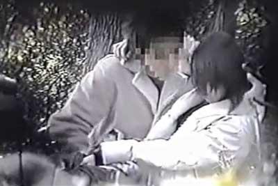 【盗撮動画】まだ明るい時間帯だというのに公園内でイチャイチャしちゃってる素人カップルを盗撮。彼氏が彼女のパンツに手を突っ込んで激しく手マンww
