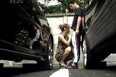 【盗撮動画】昼間の明るいうちから駐車場に停めてある車の陰でセックスしちゃってるカップル発見!白昼堂々とフェラしてる所を思い切り盗撮しちゃいましたwww【無修正】