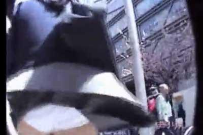 【盗撮動画】奇跡の制服JK風パンチラ!!地面の排気口から出る風でスカートめくれあがってパンティー見えた瞬間をとらえた盗撮動画集ww