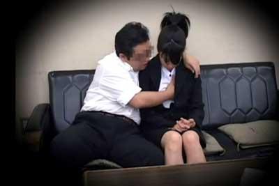 【盗撮動画】就職活動中のリクルートスーツ女子大生が、内定をもらうために企業の人事重役にエロい事されまくっちゃってるところ盗撮されちゃったww