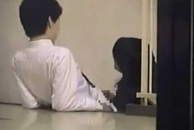 【盗撮動画】ビルの非常階段でイチャイチャしてるJKカップルを盗撮しちゃいました。彼氏のチンコを一生懸命フェラし手コキしちゃってくれてますww