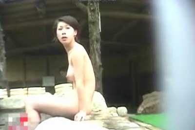 【盗撮動画】露天風呂の外から覗くパターンは数あれど、露天風呂の岩場の間に隠しカメラを仕掛けて盗撮しちゃった女湯盗撮動画ですwww