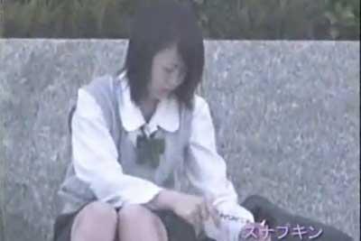 【盗撮動画】公園の憩いの場である噴水前で座り込んでいるスカートの女の子のデルタゾーンを狙い撃ち!超清楚な激カワJKのパンティーも盗撮出来ちゃいましたww