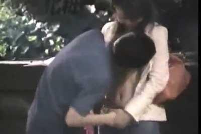 【盗撮動画】まだ結構明るい時間だというのに公園で彼氏が彼女の服をずり上げておっぱい晒して舐めまくってました。もちろん盗撮させていただきましたよww