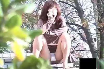 【盗撮動画】公園内でかわいい女の子たちを盗撮していたら、なんとしゃがみこんでパンティー丸出しで電話しているミニスカギャルを発見してしまいましたww
