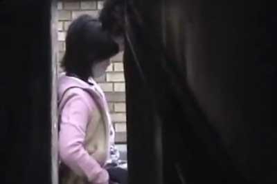 【盗撮動画】ビルの陰に隠れて昼間からセックスしちゃってるカップルを発見しちゃいました!スカートに顔突っ込んでクンニしてる所を完全盗撮!