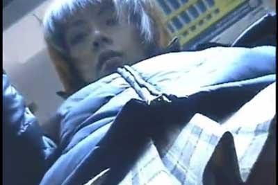 【盗撮動画】満員電車の中で隠しカメラを忍ばせたカバンを足元に置いていたら、ラッキーなことに超かわいいJKがそのかばんの真上に来てくれちゃいましたよww