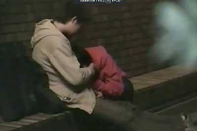 【盗撮動画】深夜の公園で彼女が一生懸命彼氏のチンコをしゃぶったり手コキしちゃってる所を完全盗撮。彼氏隠そうとしてますが思い切り見えてますよww