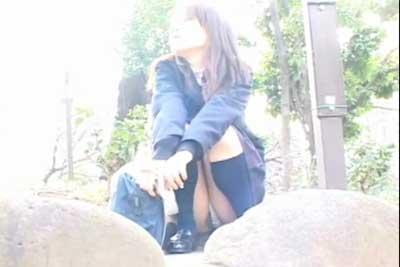 【盗撮動画】公園で超かわいい制服JKがしゃがんでいたんで隠しカメラでのぞき込んだら、パンチラどころか喰いこんでマンチラしてないか!?ww