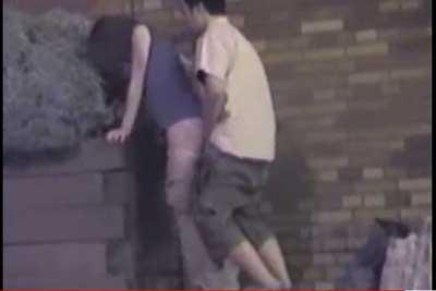 【盗撮動画】真夏の公園内で発見した激エロ大胆カップルを完全盗撮!まだ公園に証明付いているというのに彼女のパンツずり下げてバックから挿入しちゃってますw