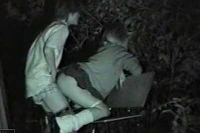 【盗撮動画】深夜の公園のベンチでセックスしちゃってる制服JKカップルを発見!超こなれててベンチを上手に利用してバック挿入してる所を完全盗撮ww