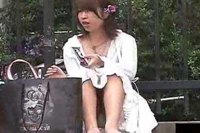 【盗撮動画】街中で超かわいい女の子が地べたに座り込んでお菓子食べてる瞬間、ロングスカートなのにパンティー見えてたんで思いきり盗撮したりましたww