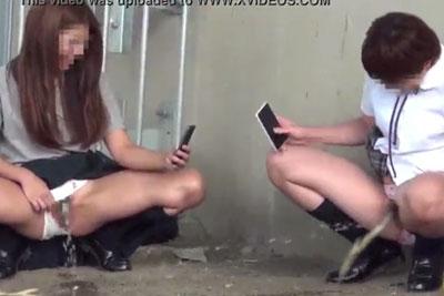 【盗撮動画】河原の橋の下でスマホでお互いの放尿シーン撮り合っちゃってるクソバカ素人JK発見!こっちもズームカメラで一部始終盗撮したったw
