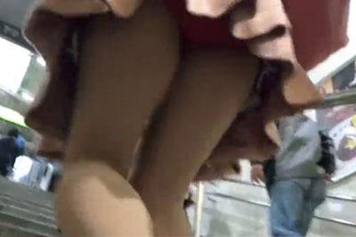 【盗撮動画】山〇手線のとある駅の構内でスカート短い女の子のパンチラ盗撮しまくっちゃいました!ww超かわいい娘だけを狙った素人パンチラをご堪能ください