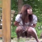 【盗撮動画】トイレ借りたくて公園入ったんだけど広すぎてトイレどこかわからない!結局我慢できなくなって草むらで放尿しちゃってるミニスカギャルを完全盗撮!ww【無修正】