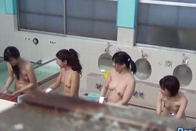 【盗撮動画】とある銭湯の女湯隠し撮りしたら、銭湯好きJDグループが入浴してる所が撮れちゃった!でもこの後この娘たち銭湯でおしっこしちゃいますww【無修正】