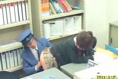 【盗撮動画】JKが万引きしてるの見つけて店長に言われたくなければセックスしろと強要しちゃってる鬼畜警備員。防犯カメラの映像流出してあえなくクビになりましたw