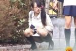 【盗撮動画】公園で超真面目系の素人メガネっ娘制服JKが、なんとおしっこ我慢できなくなって突然パンツ下ろして放尿しだしたんで盗撮しちゃいましたww
