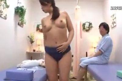 【盗撮動画】エステサロンに超美巨乳セレブ人妻が金持ち旦那さんと一緒に来たんだけど、全裸になってナマ着替えしてるところ隠し撮りしちゃいましたw